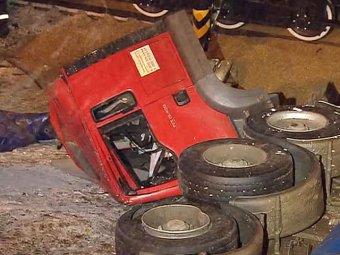 КамАЗ рухнул с эстакады на железнодорожные пути в Москве