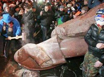 Оппозиционеры в Киеве снесли памятник Ленину: обломки добивали кувалдой