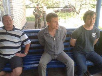 СМИ: нацгвардия Украины грубо обращается со связанными журналистами Life News