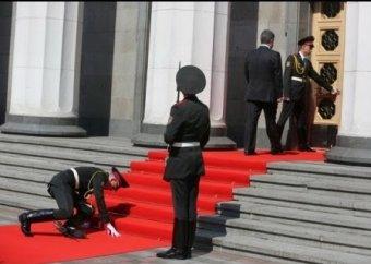 Последния события на Украине на 9 июня: солдат, уронивший ружьё на инаугурации Порошенко, отправлен воевать (ВИДЕО)