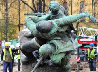 В Польше снесли памятник бойцам Красной Армии, Москва ждет объяснений
