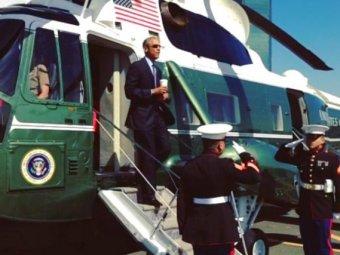 Блогеры высмеяли Обаму за воинское приветствие со стаканом в руке