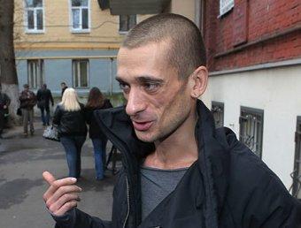 Художник Павленский отрезал себе мочку уха в центре Москвы (фото)