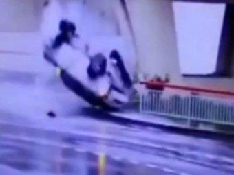 Авария в Сочи 5 апреля 2015: водитель чудом выжил, рухнув с 20-метровой эстакады (ВИДЕО)