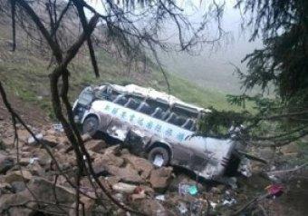 В Китае 21 человек погиб в результате падения автобуса с обрыва