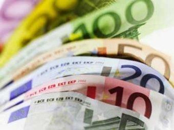 Курс евро в понедельник упал на 2 рубля, но потом вернулся к росту
