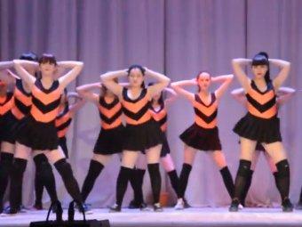 танцы голые школьницы