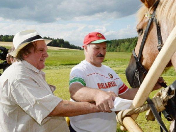 Депардье косил траву вместе с Лукашенко