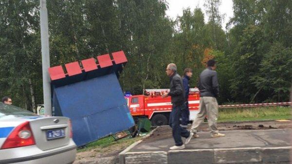 ДТП в Новой Москве 31 августа 2015: грузовик протаранил остановку, погибла женщина