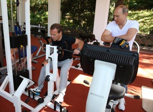 Путин и Медведев вместе потренировались в спортзале и позавтракали. Блогеры отреагировали фотожабами (фото)