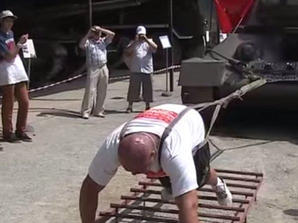 Во Владивостоке силач протащил несколько метров танк Т-34 весом 26 тонн