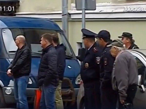 """Банк """"Адмиралтейский"""" в Москве штурмуют вкладчики: к банку прибыл ОМОН (видео)"""