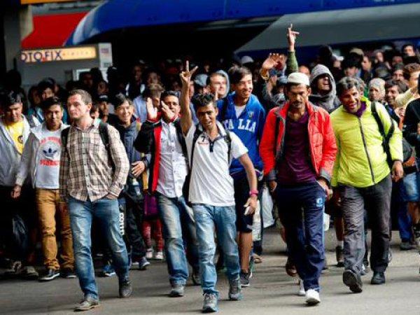 Беженцы в Европе 2015: Дания не пропускает поезда из Германи из-за беженцев (ВИДЕО)