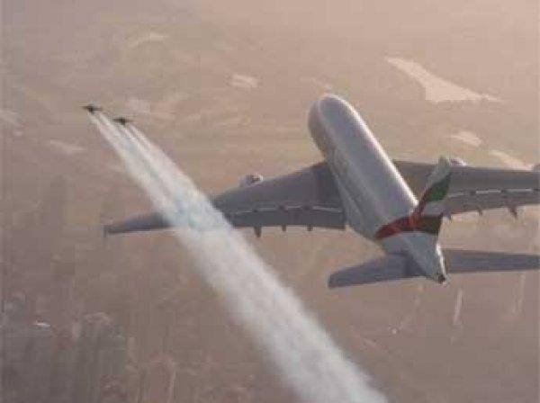 Пилоты с реактивными ранцами обогнали крупнейший пассажирский лайнер над Дубаем
