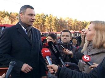В Киеве Кличко прокатился на снегоуборочном тракторе