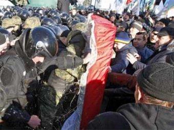 В Киеве митингующие принесли к зданию Рады гроб со свиньей