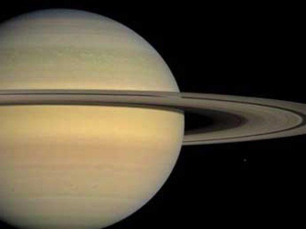 Зонд «Кассини» прислал фото спутника Сатурна в виде изящного полумесяца