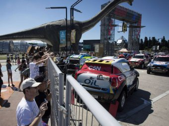 На открытии ралли «Дакар» в Аргентине автомобиль врезался в толпу зрителей