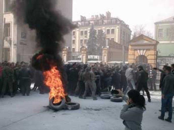 Беспорядки в Киеве 8 апреля: у здания администрации Порошенко начались столкновения (фото, видео)