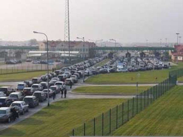 Из-за протестов таможенников на границе Польши и России выросла пробка в 6 км