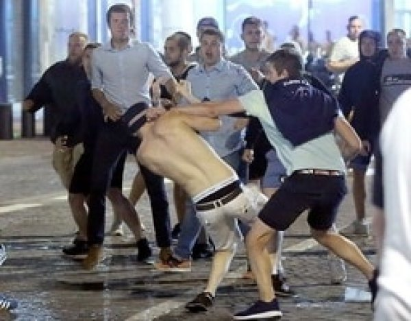 Драка российских и английских фанатов в Марселе попала на ВИДЕО