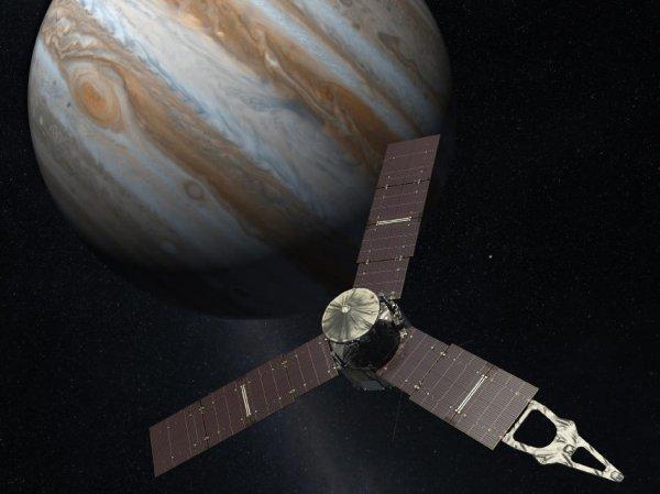 NASA показало первые снимки Юпитера, сделанные зондом Juno (ФОТО)