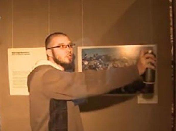 В Москве художник Антон Беликов облил краской фото украинских нацистов (ВИДЕО)