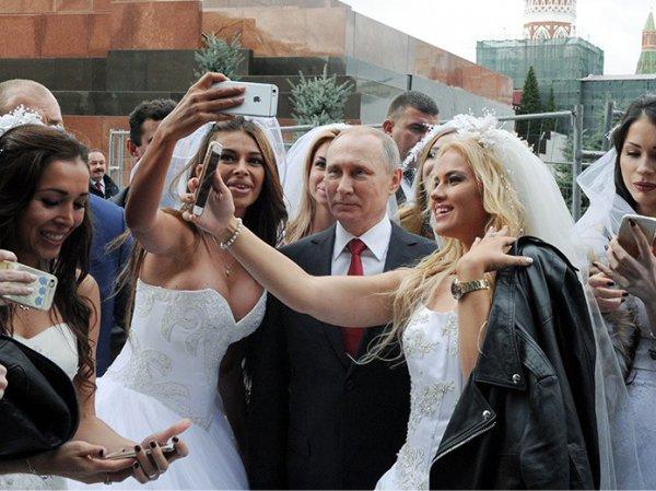 "Соцсети разоблачили ""невест Путина"" после селфи на Красной площади (ФОТО, ВИДЕО)"