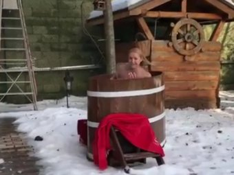 Голая купается в снегу видео, только калужские индивидуалки