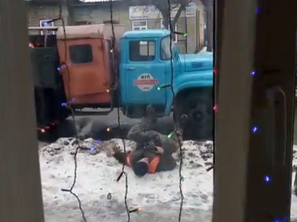 YouTube ВИДЕО с пьяными коммунальщиками в Орле рассмешило Интернет