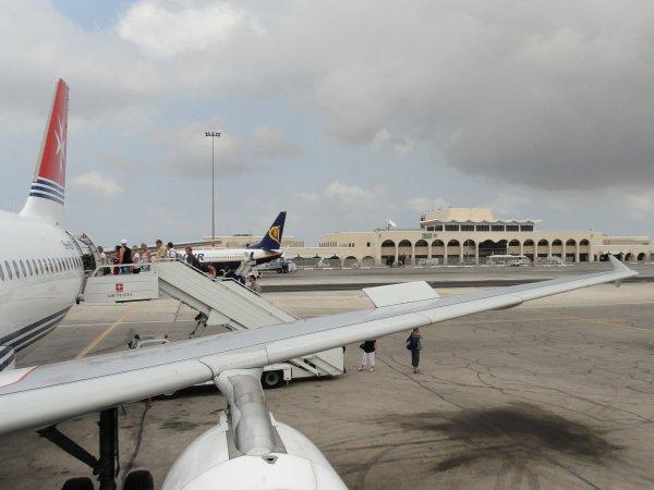 В аэропорту Мальты злоумышленники угрожают взорвать самолет с заложниками