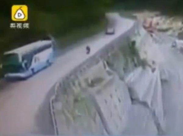 YouTube ВИДЕО падения в пропасть мотоциклиста, которого сбила автоледи, попало в Сеть