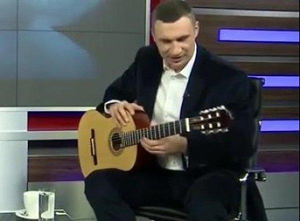 YouTube ВИДЕО: Виталий Кличко опозорился в прямом эфире игрой на гитаре