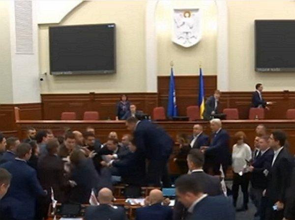 Киевские депутаты подрались после предложения вынести Кличко «вперёд ногами»