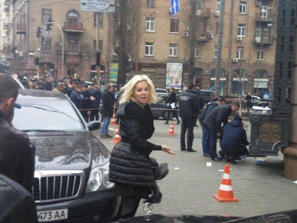 Беременная Максакова упала в обморок на месте гибели мужа (ФОТО)