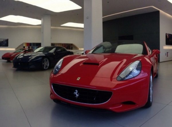 Двух сотрудниц Сбербанка задержали при покупке Ferrari (ФОТО)