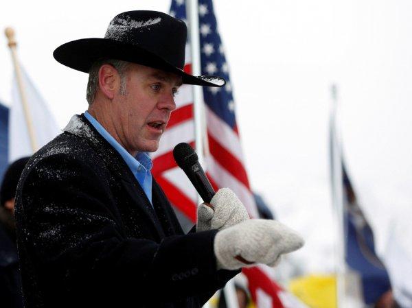 Новый глава МВД США приехал на работу в ковбойском костюме и верхом на коне (ФОТО)