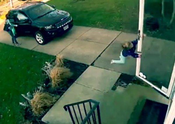YouTube покоряет ВИДЕО, как 4-летнюю девочку унесло ветром с крыльца дома