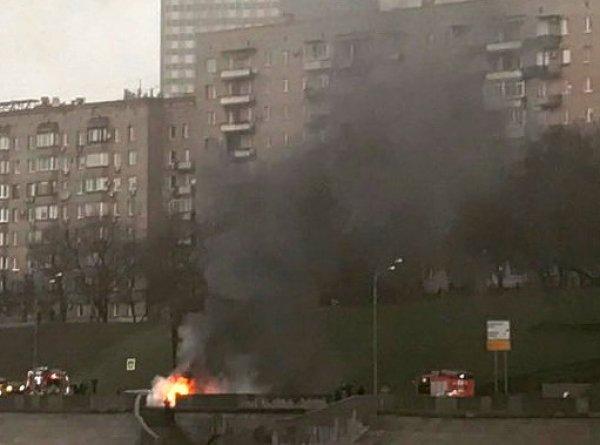 В Москве Maserati на скорости врезался в столб, водитель сгорел