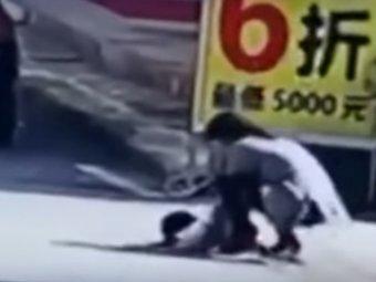 YouTube шокирован ВИДЕО, как в Китае годовалую девочку дважды переехал автомобиль