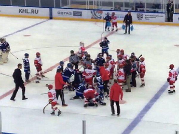 Юные хоккеисты «Спартака» и «Динамо» устроили массовое побоище на льду
