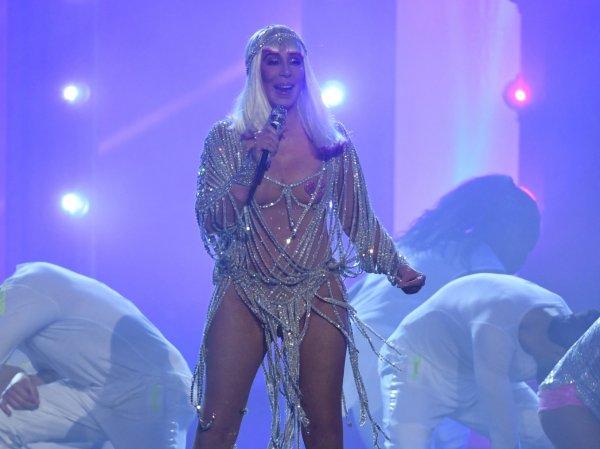 """YouTube ВИДЕО: 71-летняя Шер шокировала """"голым"""" нарядом зрителей Billboard Music Awards"""