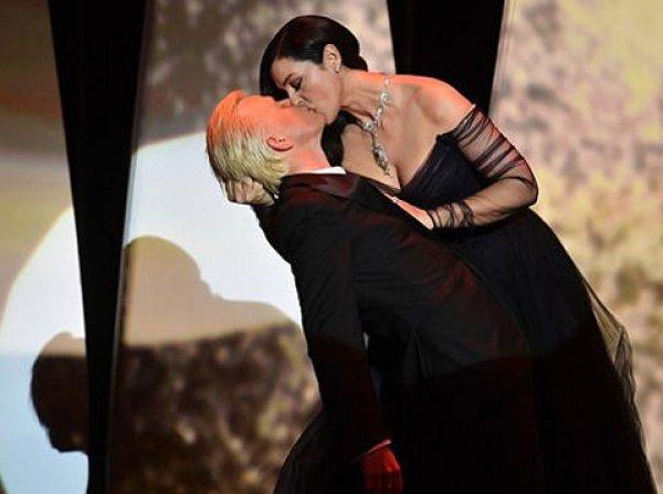 ВИДЕО страстного поцелуя Моники Белуччи в Каннах стал хитом в YouTube