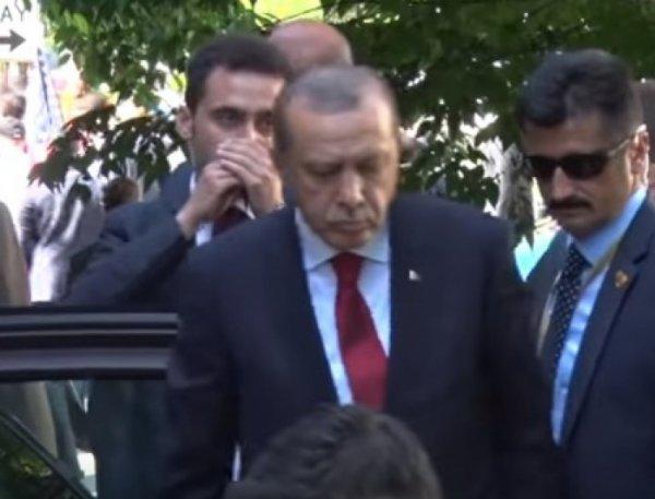 YouTube ВИДЕО: Эрдоган наблюдает за дракой у резиденции посла Турции в Вашингтоне