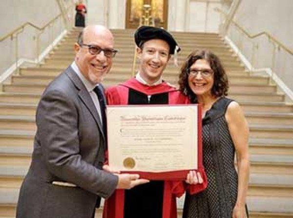 Марк Цукерберг получил диплом Гарвардского университета спустя 12 лет после ухода из вуза