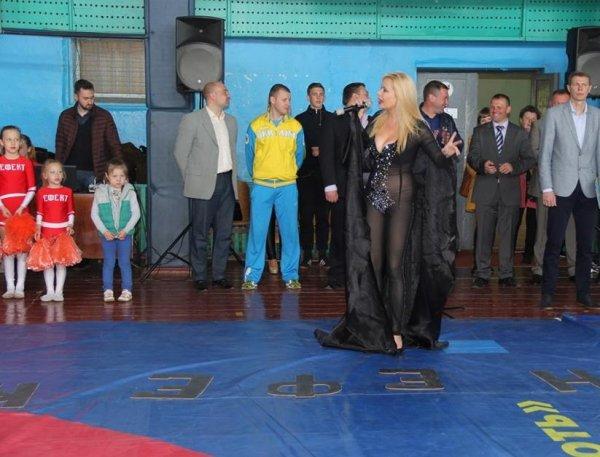 Выступление певицы перед детьми без трусов вызвало скандал на Украине (ФОТО)
