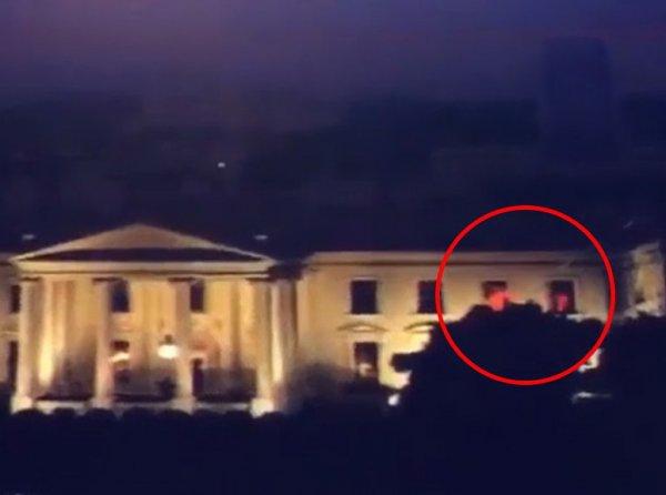 """""""Трамп подает сигналы"""": СМИ сообщили о странных красных вспышках в Белом доме (ВИДЕО)"""