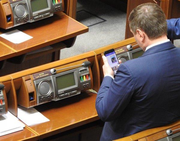 Депутата Рады застукали за обменом интимными ФОТО