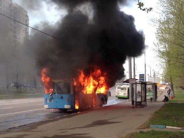 YouTube ВИДЕО: в Москве загорелся троллейбус с пассажирами