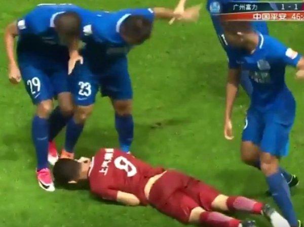 На YouTube появилось ВИДЕО, как футболисты Халк и Оскар подрались на матче в Китае